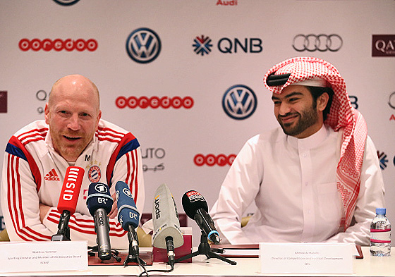 Bayerns Sportvorstand Matthias Sammer und der Chief of Competition and Football Development der Qatar Stars League, Ahmad al-Harami, auf einer gemeinsamen Pressekonferenz, Doha, 11. Januar 2015 (© Getty Images)